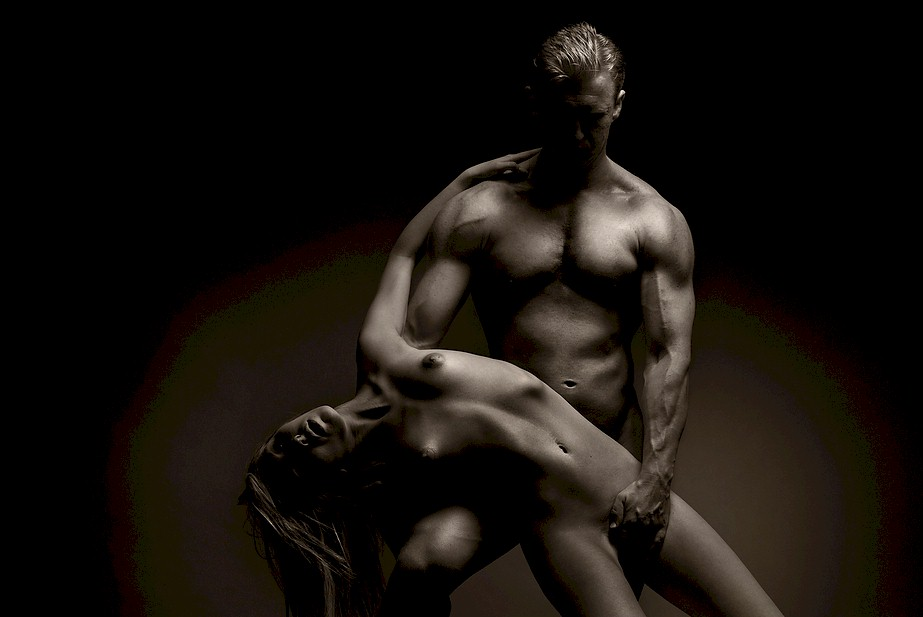женские и мужские голые тела